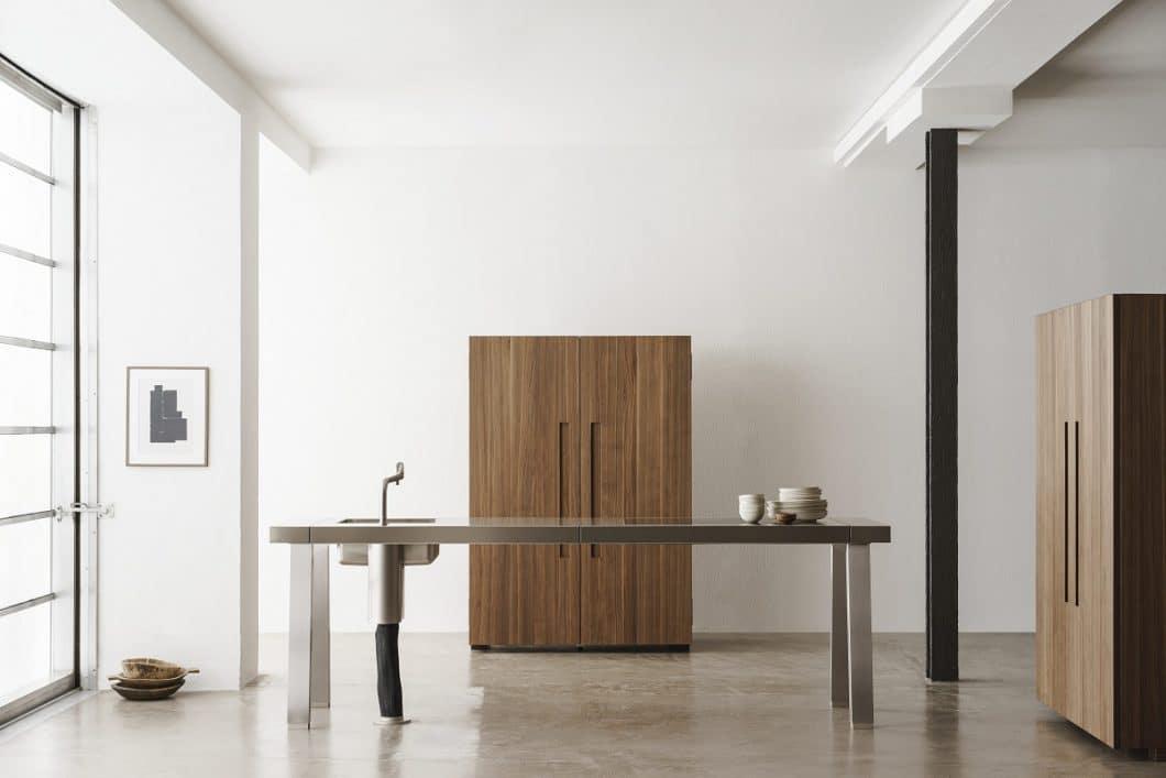 Geschlossen ein minimalistisches Möbelstück, offen eine funktionale Küchenwerkstatt, in der alles schnell zur Hand ist. (Foto: bulthaup)
