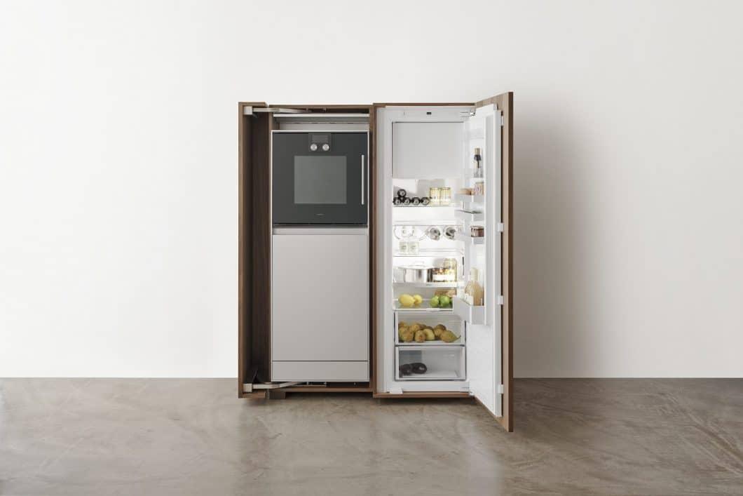 Kühlschrank, Backofen und Geschirrspüler werden alle elegant im Geräteschrank verborgen und bietet doch innen genug Stauraum für Lebensmittel und Geschirr. (Foto: bulthaup)