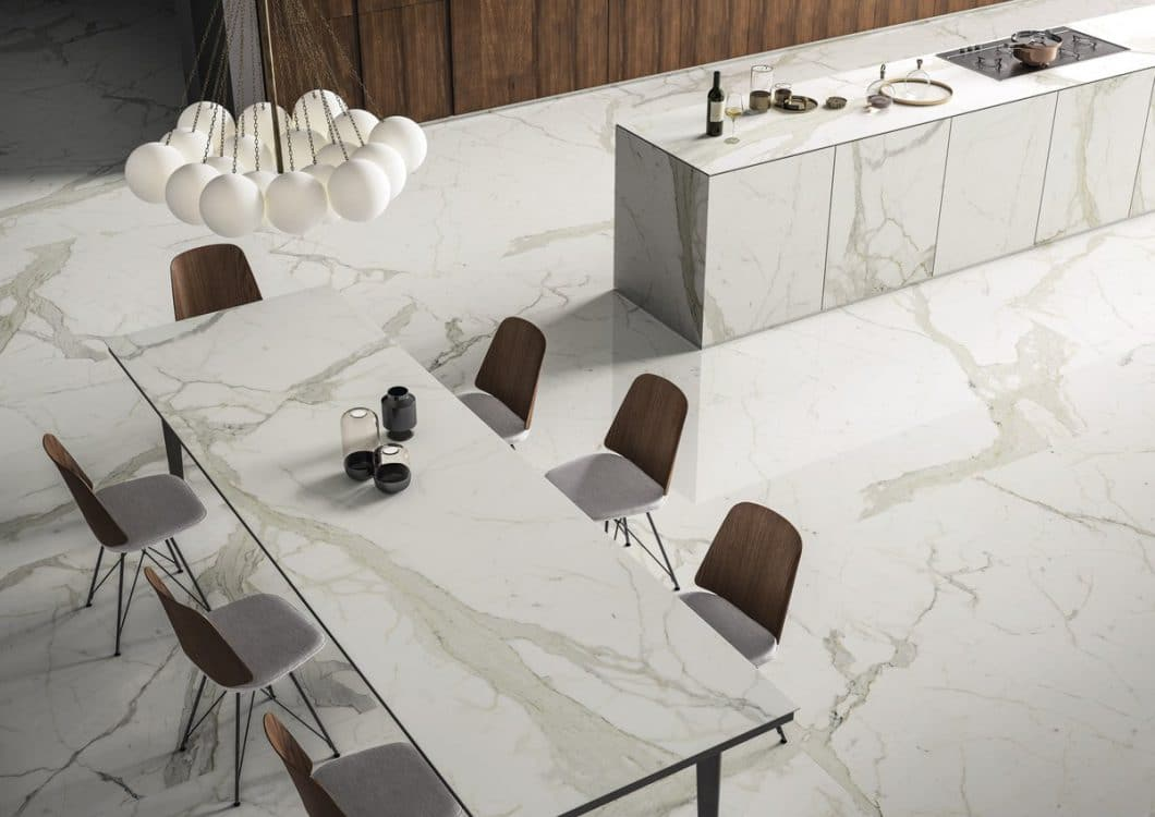 Mit SapienStone lassen sich Küchenarbeitsplatten, Kücheninseln und der Esstisch produzieren - für ein einheitliches und hochwertiges Dekor in der Küche. (Foto: SapienStone)