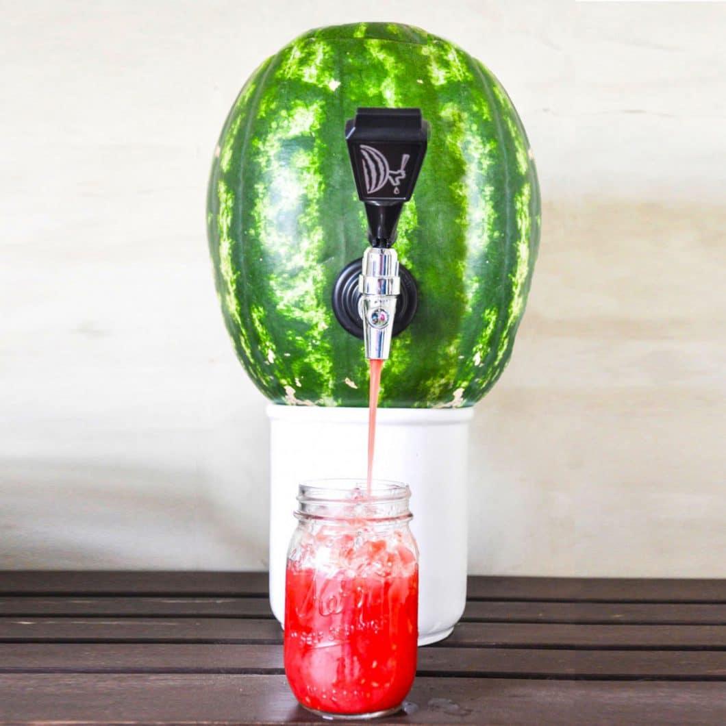 Eine Wassermelonen-Zapfanlage? Das ist nur eine von 8 witzigen Küchenhelfern für den Sommer, die man mit einem Augenzwinkern für die nächste Party in Betracht ziehen kann. (Foto: Radbag)