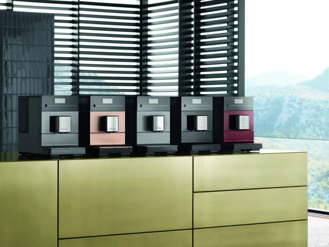 Der Miele Kaffeevollautomat CM5 ist in 5 verschiedenen Farben erhältlich und als Einsteigermodell zum perfekten Kaffeegenuss zuhause gedacht. (Foto: Miele)