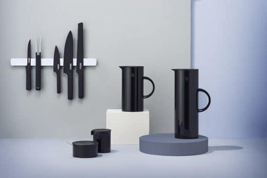 Neben seinen ikonischen Isolierkannen und Schüsseln finden nun auch die pechschwarzen Küchenmesser auf Steltons Designtisch Platz. (Foto: Stelton)