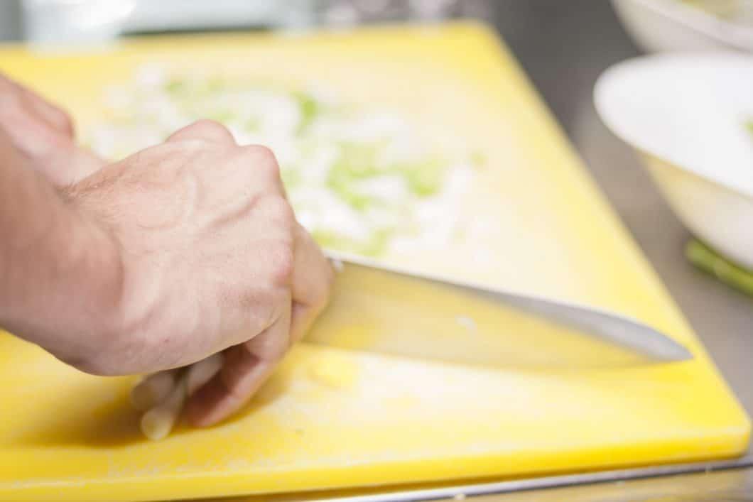 Schneidebretter aus Kunststoff sind farbenfroh und langlebig. Aufgrund der Kerben und Rillen sollten sie aber noch gründlicher gereinigt werden, um Essensrückstände zu vermeiden. (Foto: stock)