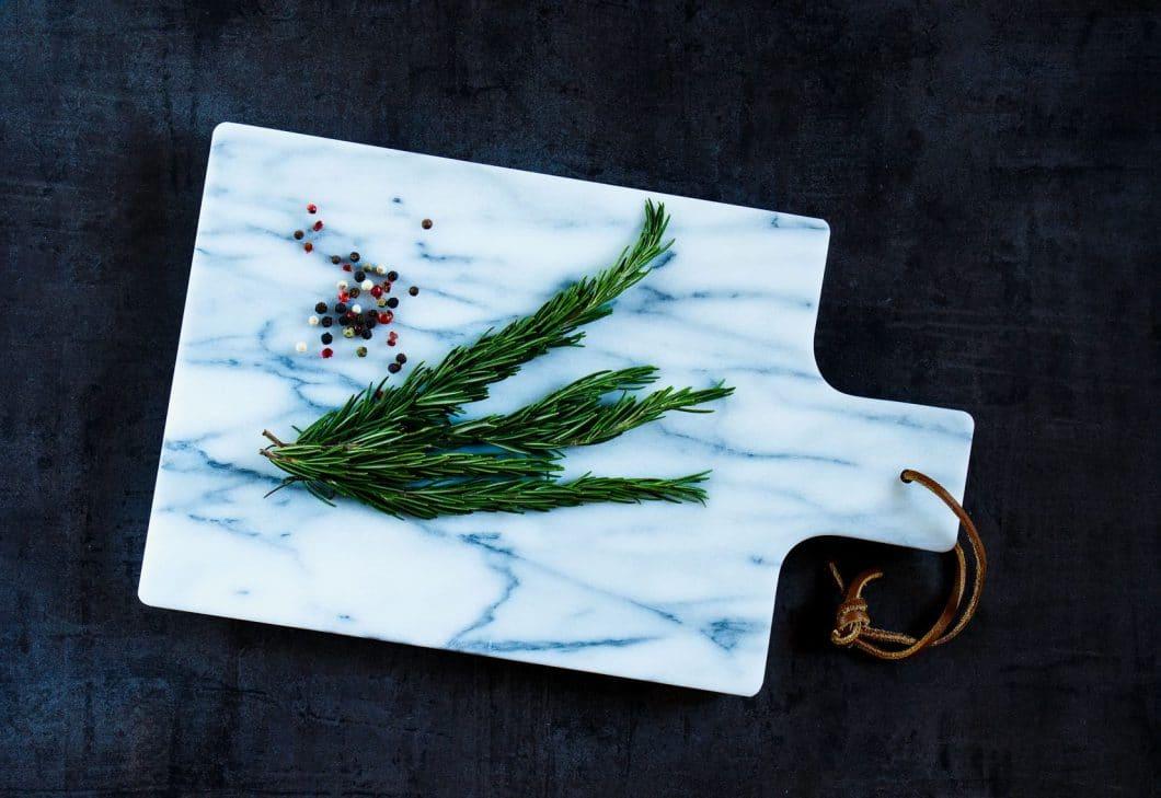 Schneidebretter aus Glas oder Stein sehen ästhetisch und elegant aus, sind aber der natürliche Feind eines jeden scharfen Messers: Die Oberfläche ist schlichtweg zu hart für die Klingen. (Foto: stock)