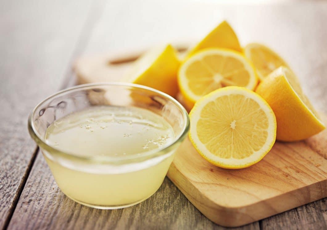 Mit einer frischen Zitrone und grobkörnigem Salz lässt sich ein in die Jahre gekommenes Holzbrett rasch wieder säubern und desinfizieren. (Foto: stock)