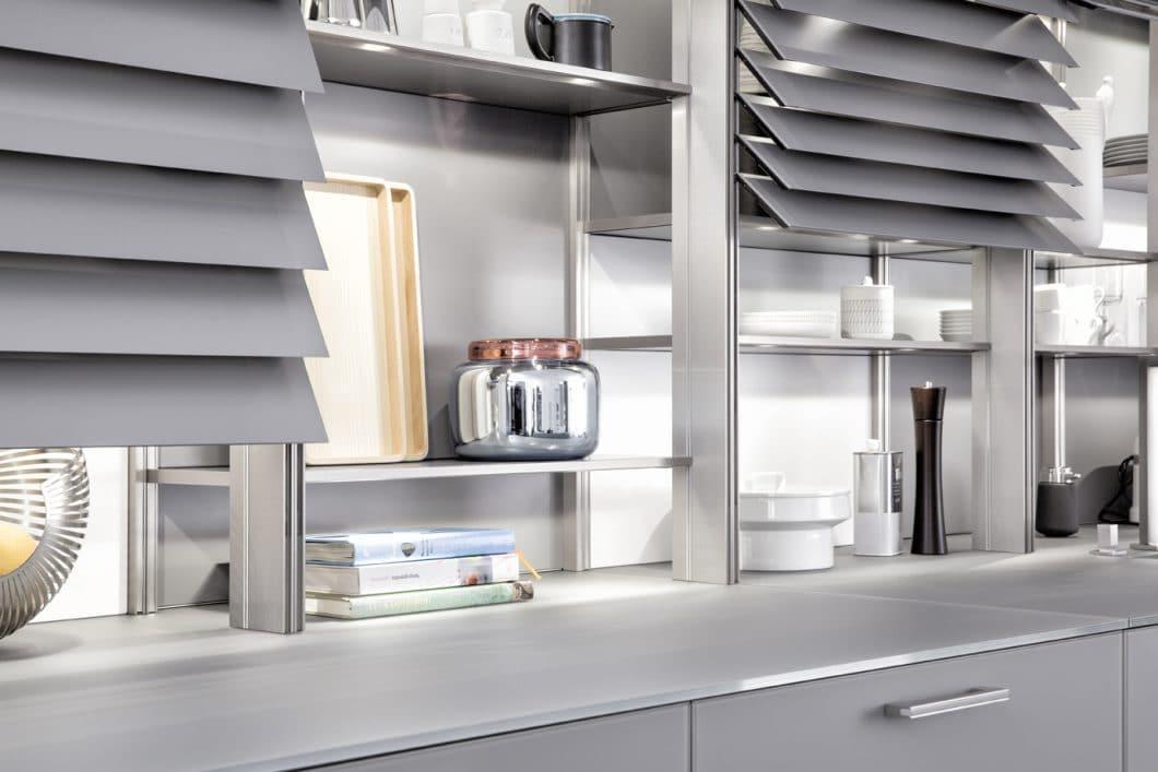 Mit schmalen Aluminium-Lamellen verschließt die LEICHT Xtend den Küchenraum da, wo niemand hingucken soll. (Foto: Classic FS IOS, LEICHT)