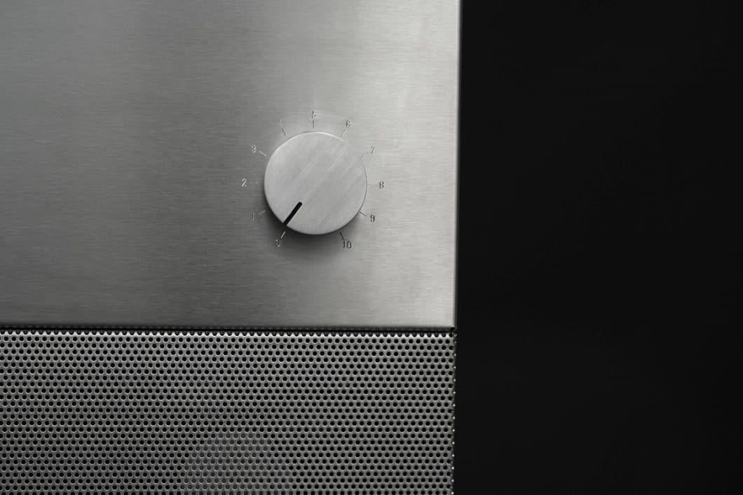 Knopf drehen, Wärme regulieren, in wenigen Minuten auf schonenden Grillgenuss freuen: Der Booster BBQ Grill ist ästhetisch und praktisch zugleich. (Foto: Röshults)