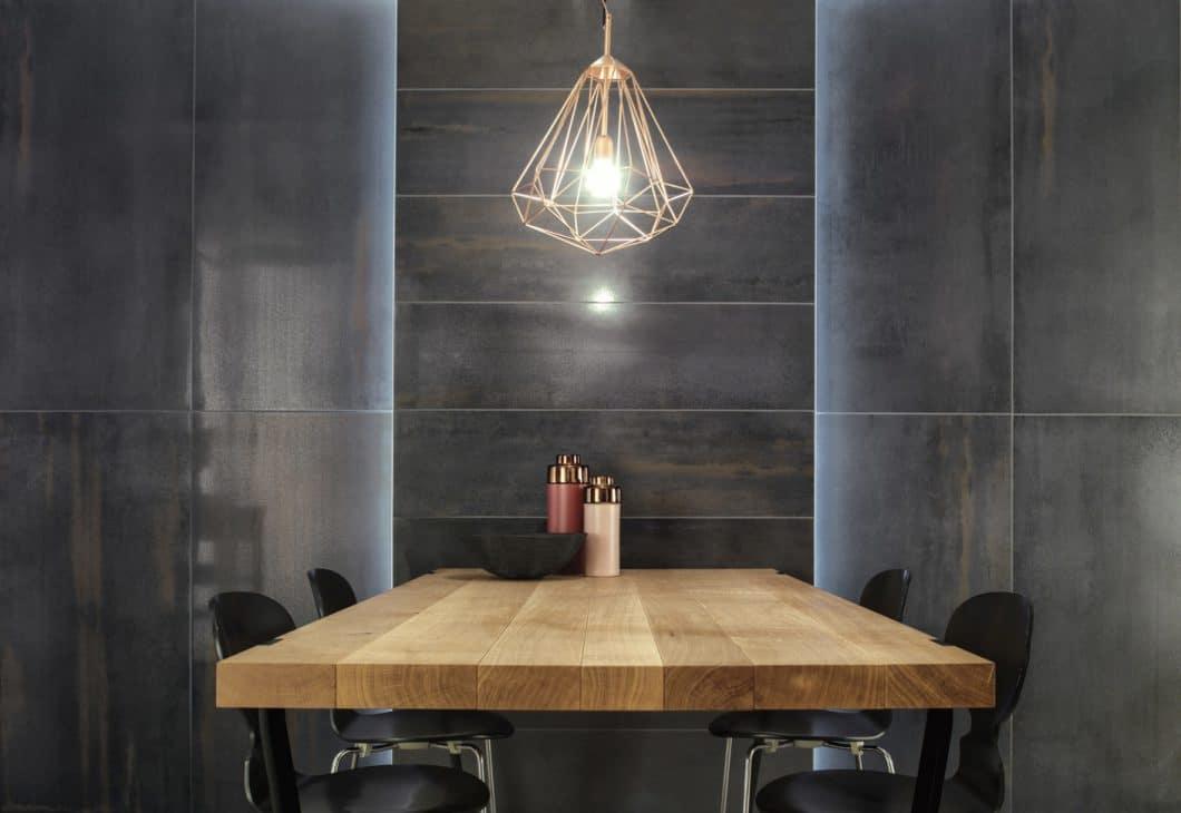 Fliesen in der Küche können kalt und altmodisch wirken - oder wie in diesem Fall geheimnisvoll, elegant und wohnlich. (Foto: Villeroy & Boch)