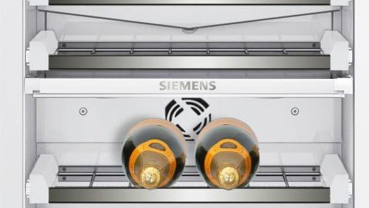 Stoßgeschützte Teleskopschienen und safetyGlas-Ablagen sorgen für eine sichere Wein- und Proseccolagerung. (Foto: Siemens Home)
