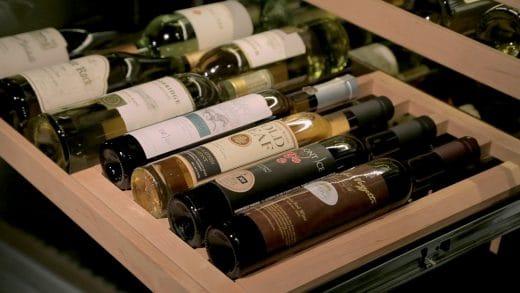 Wein möchte dunkel, trocken und vor allem stoßfrei gelagert werden. Daher spezialisieren sich Hersteller nun auf individuell ausgestaltete Weinklimaschränke. (Foto: Subzero)