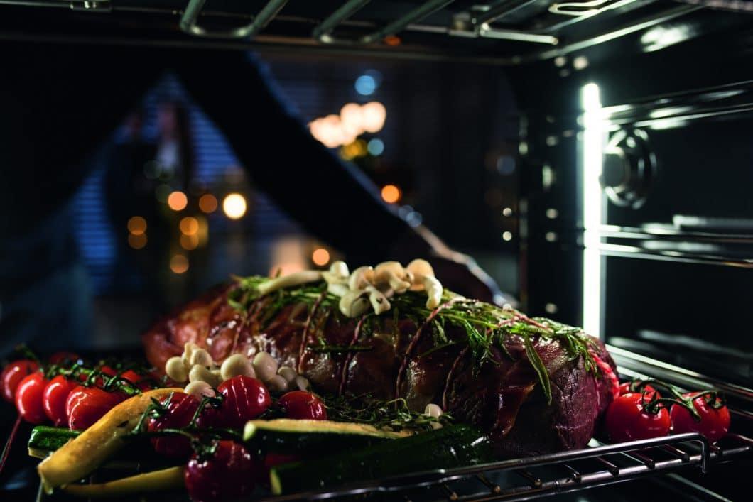 Eine Revolution in der Küche: Mit dem Miele Dialoggarer können anspruchsvolle Menüs jetzt in kürzester Zeit auch von Hobbyköchen zubereitet werden. (Foto: Miele)