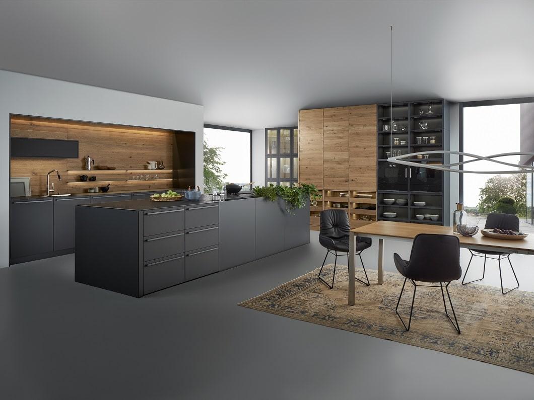 Die offene Küche verschmilzt zum Wohn- und Lebensraum. Neben dem auf der area30 neu vorgestellten Kubus zeigt LEICHT dies bereits auch mit seinem Modell BONDI VALAIS. Küchenwände werden als Küchenschränke oder offene Repräsentationsfläche genutzt. (Foto: LEICHT)