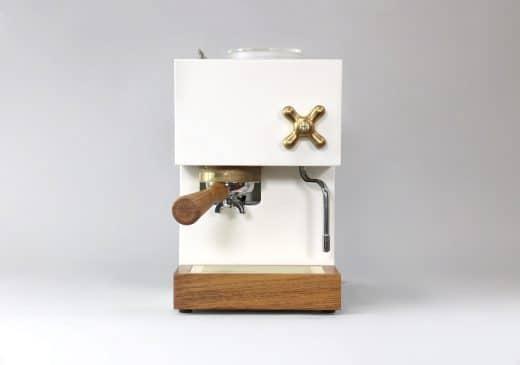 Auch in glattem Corian mit Knöpfen aus Messing und einem Siebträger aus Holz wird die Design-Espressomaschine erhältlich sein. (Foto: AnZa)