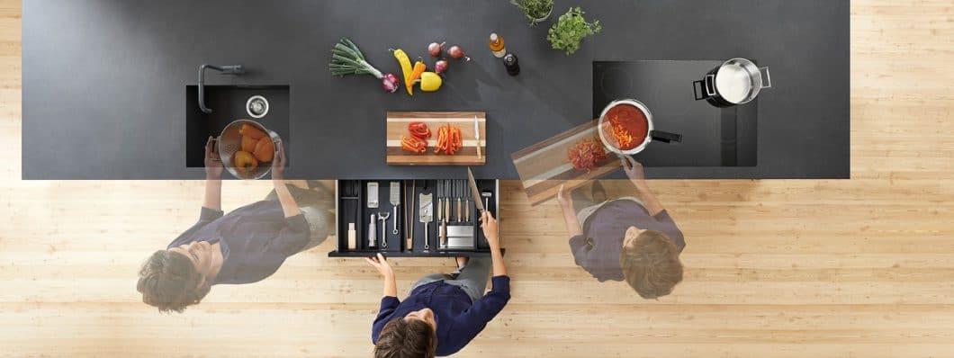 Spülen, Vorbereiten, Kochen: Diese Kochzonen müssen bei einer Küchenplanung beachtet werden, um einen ergonomischen Workflow zu gewährleisten. (Foto: Blum)