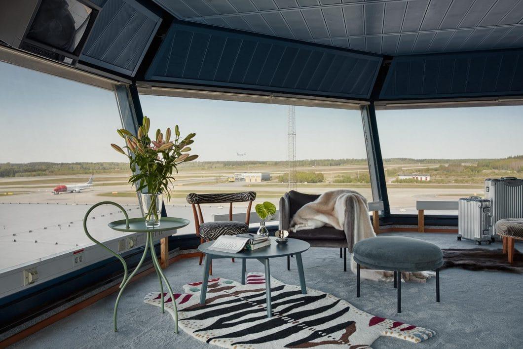 Der stillgelegte Tower wurde von der schwedischen Künstlerin Cilla Ramnek mit hochwertigen skandinavischen Designermöbeln ausgestattet. (Foto: FeWo-direkt/ Joakim Johansson)