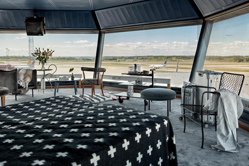 """(Fast) """"über den Wolken"""" kann man sich hier in die Nacht hinaus träumen. Die Pop-Up-Wohnung wurde mit hochwertigen skandinavischen Designermöbeln ausgestattet. (Foto: FeWo-direkt/ Joakim Johansson)"""