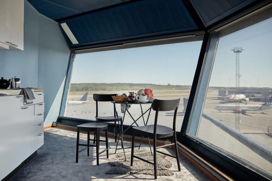 Kochen und Essen mit Blick aufs Rollfeld: Diese einzigartige Möglichkeit haben Besucher der Pop-Up-Wohnung im Arlanda Airport in Stockholm. (Foto: FeWo-direkt/ Joakim Johansson)