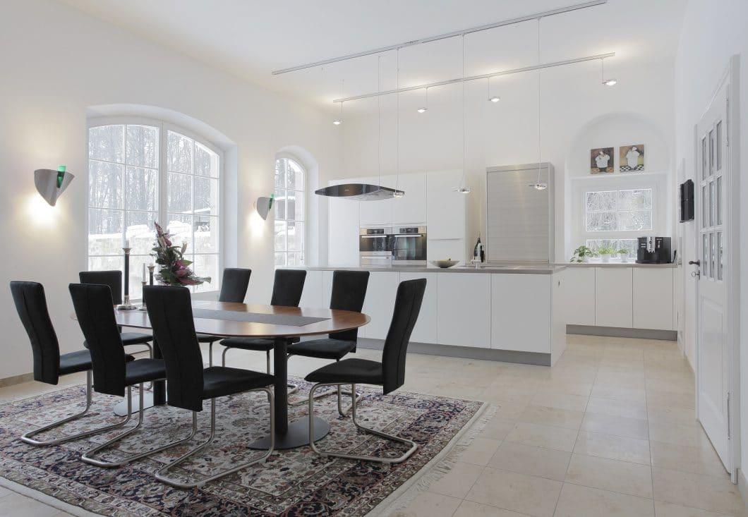 Die Räumlichkeiten der Leipziger Orangerie sind beeindruckend: besonders in der hellen, offen Küche. (Foto: Bodo Mertoglu)