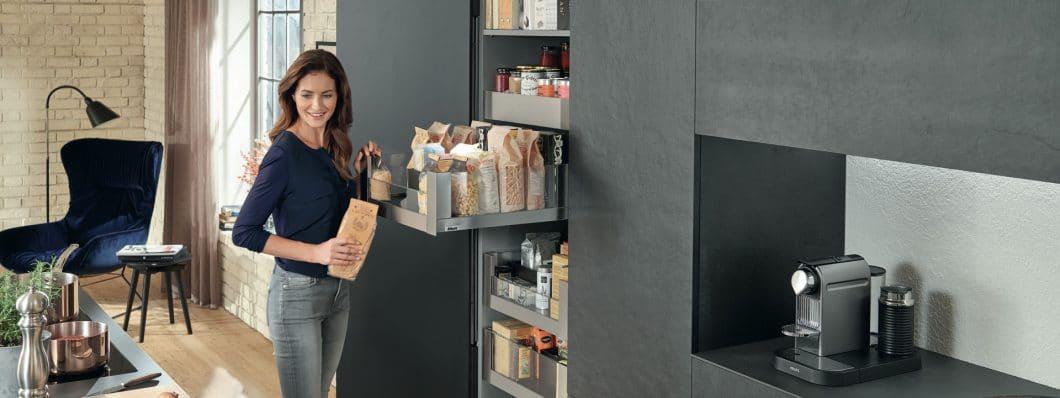 Fazit: Wer seine Küche nach seinen Kochvorlieben und den gängigen Erkenntnissen der 5 Kochzonen planen lässt, kann ein Plus an Stauraum nutzen und die Arbeitswege in der Küche entspannt beschleunigen. Ein erfahrener Planer hilft Ihnen dabei. (Foto: Blum)