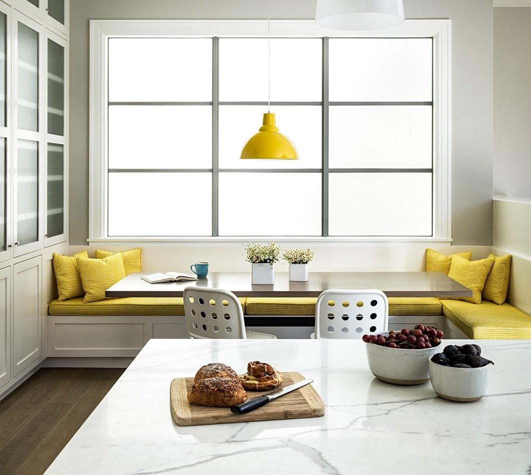 Unsere Lieblings-Sitzecke zum Träumen: Eine gelbe Bank zum Verweilen, Essen, Plaudern, Erzählen in einer modernen Küche. (Design: Feldman Architecture; Foto: Home Designing)