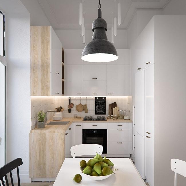 Kleine weiße küche und nichts dahinter nix da mit einer gekachelten rückwand und wohnlich warmen holzelementen wird auch der kleinste raum gemütlich