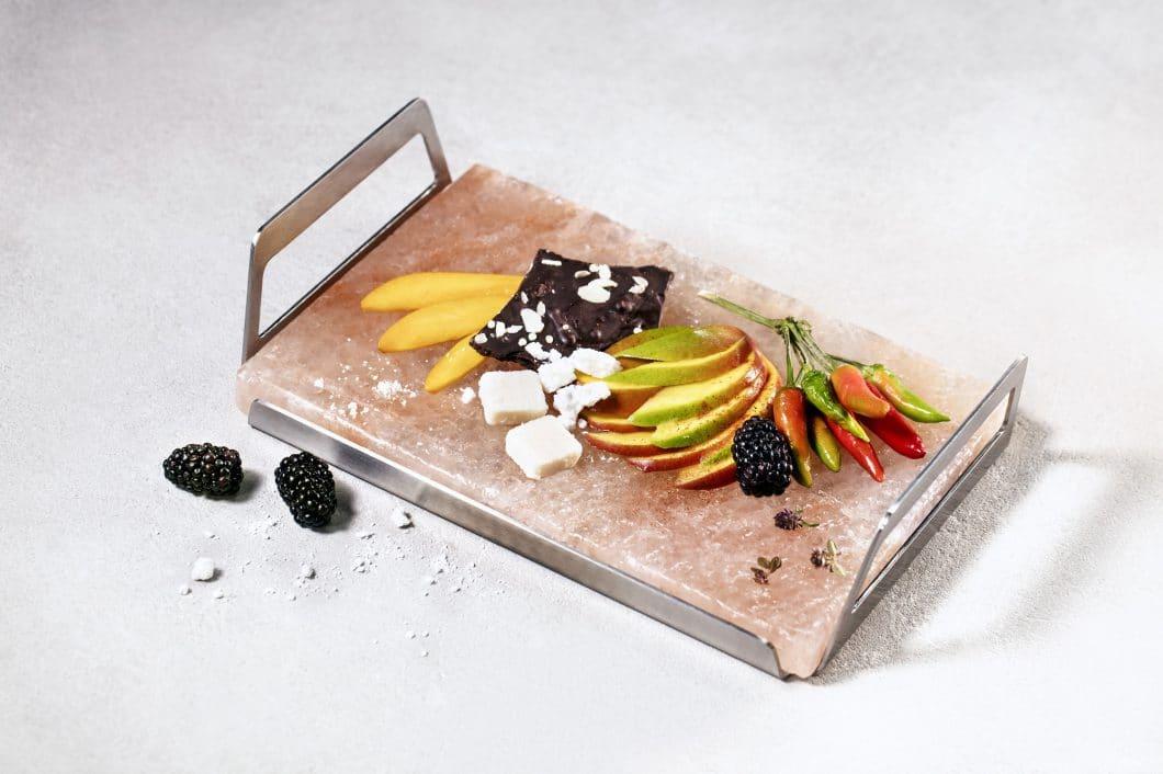 Der AEG SaltBlock kann zum Drapieren von Lebensmitteln, aber auch zum Grillen und Warmhalten ebensolcher genutzt werden. (Foto: AEG)