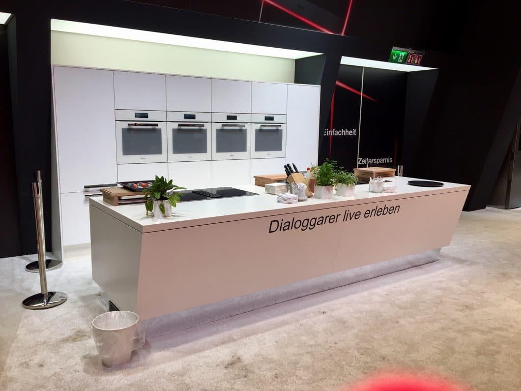 Den Dialoggarer live erleben: Das war auf der IFA 2017 unzählige Male möglich - und hat neben den Besuchern auch die Köche selbst begeistert. (Foto: Scheffer)