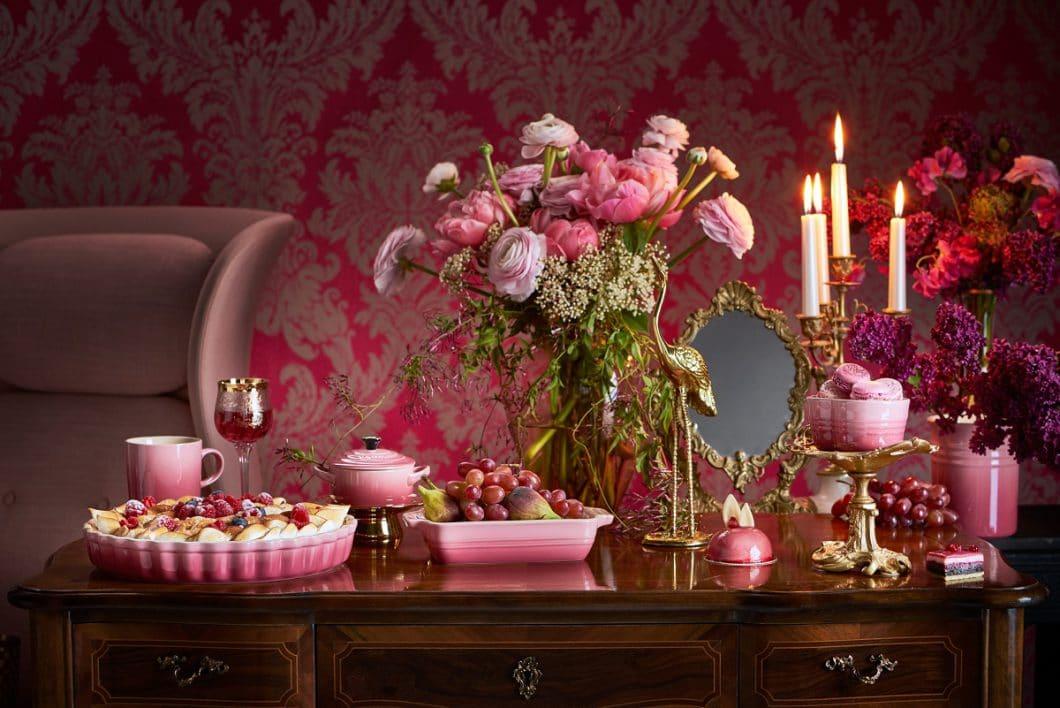 """Neben den gusseisernen Töpfen- und Pfannen-Klassikern bietet Le Creuset """"Berry"""" auch für die Mini-Cocottes und weitere Poterie-Produkte an. (Foto: Le Creuset)"""