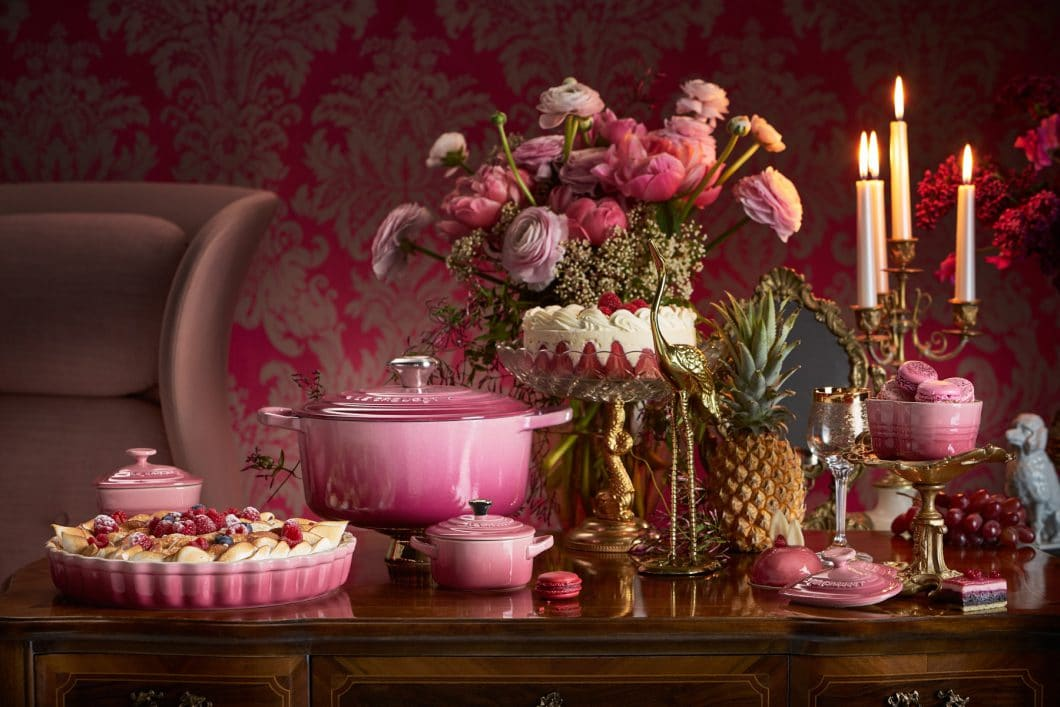 """Berry"" ist der Farbton der Stunde: Le Creuset kreiert sein berühmtes Kochgeschirr aus Gusseisen jetzt in Berry mit goldenen Farbpigmenten. (Foto: Le Creuset)"
