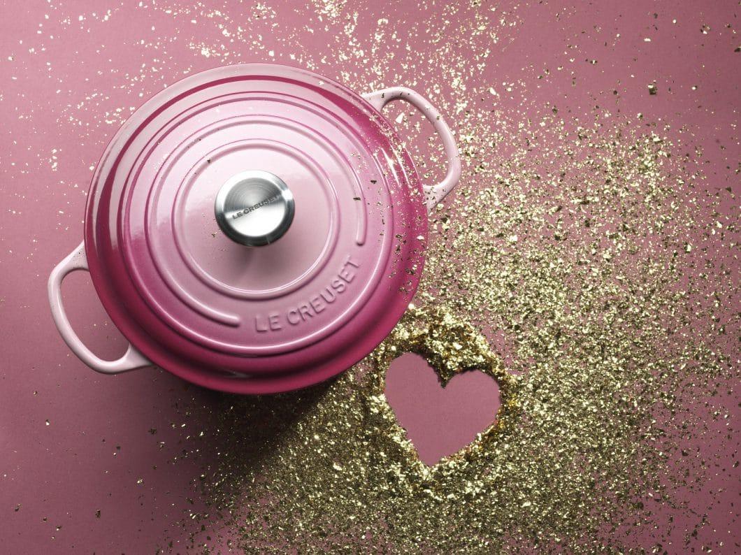 """Ein Hauch Luxus und Glitzer im Alltag: Le Creuset bringt sein berühmtes Kochgeschirr aus Gusseisen für eine limitierte Auflage in """"Berry"""" mit Goldpartikeln heraus. (Foto: Le Creuset)"""