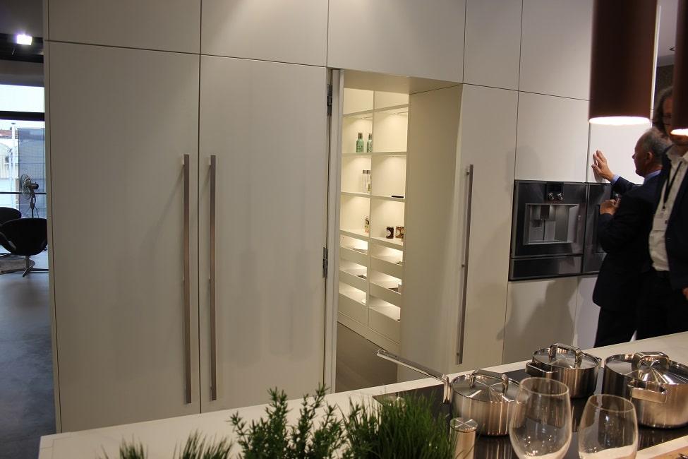 Der Kubus von LEICHT lässt sich nach außen hin als normaler Geräteschrank nutzen, wartet innen aber mit einem bequem begehbaren Hauswirtschaftsraum auf. (Foto: Scheffer)