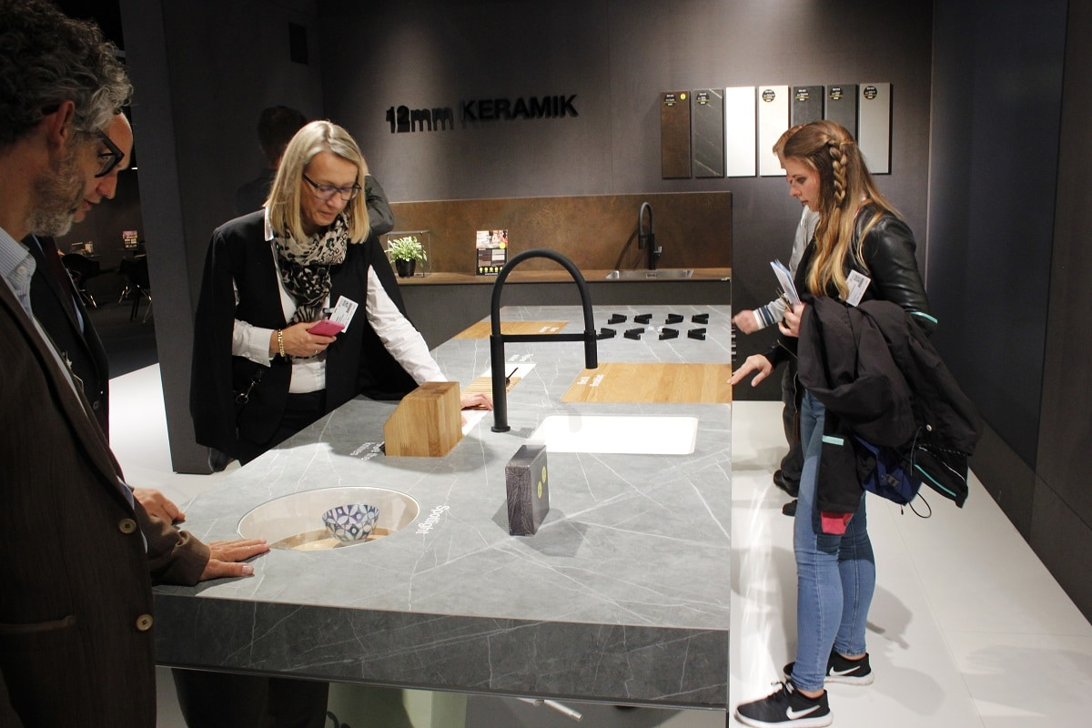 """Interessierte Besucher strömen in das kleine """"innovation lab"""", das Lechner auf der area30 aufgebaut hat: Hier präsentiert die Firma ihre kreativen Zukunfts-Ideen für die Arbeitsplatte. (Foto: Scheffer)"""