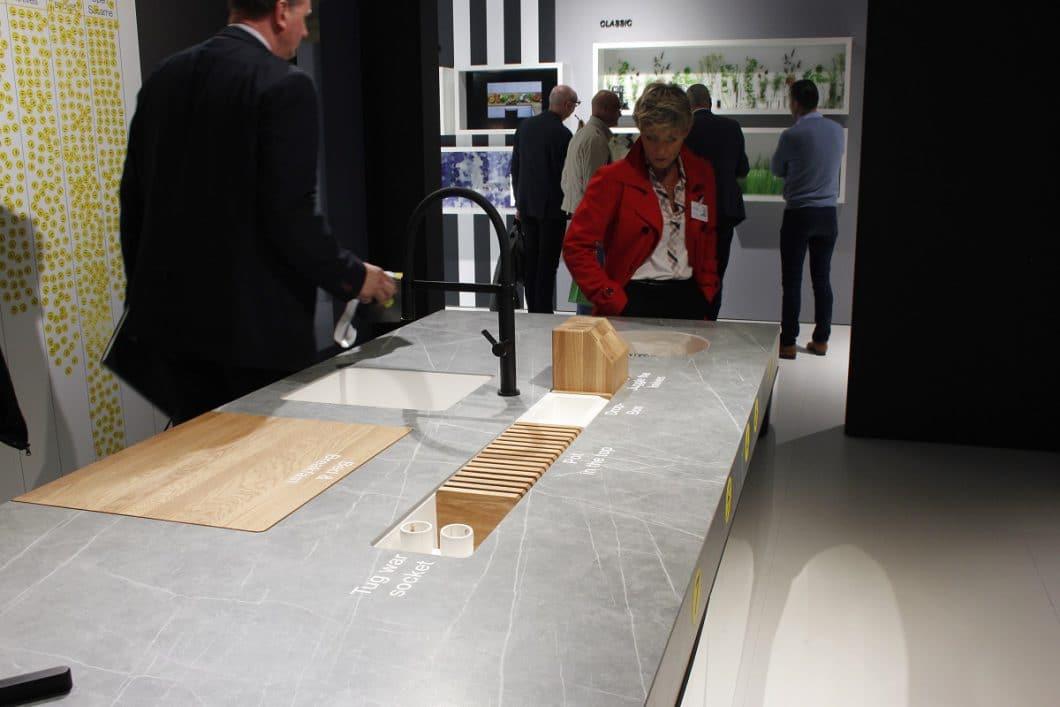 Der massive Messerblock aus Eichenholz ist zur Hälfte in die Arbeitsplatte integriert und sorgt nicht nur für Ordnung, sondern wertet diese durch das Farbzusammenspiel auch optisch auf. (Foto: Scheffer)