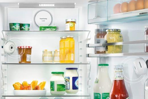 Klein und unscheinbar wird die FridgeCam™ (rechts) im Inneren des Kühlschranks befestigt. (Foto: Liebherr)