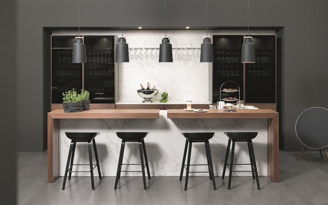 Warmes Walnussholz trifft auf elegantes schwarzes Glas: Die Kaffeebar Cadre von rational - auch für den Hausgebrauch. (Foto: rational)