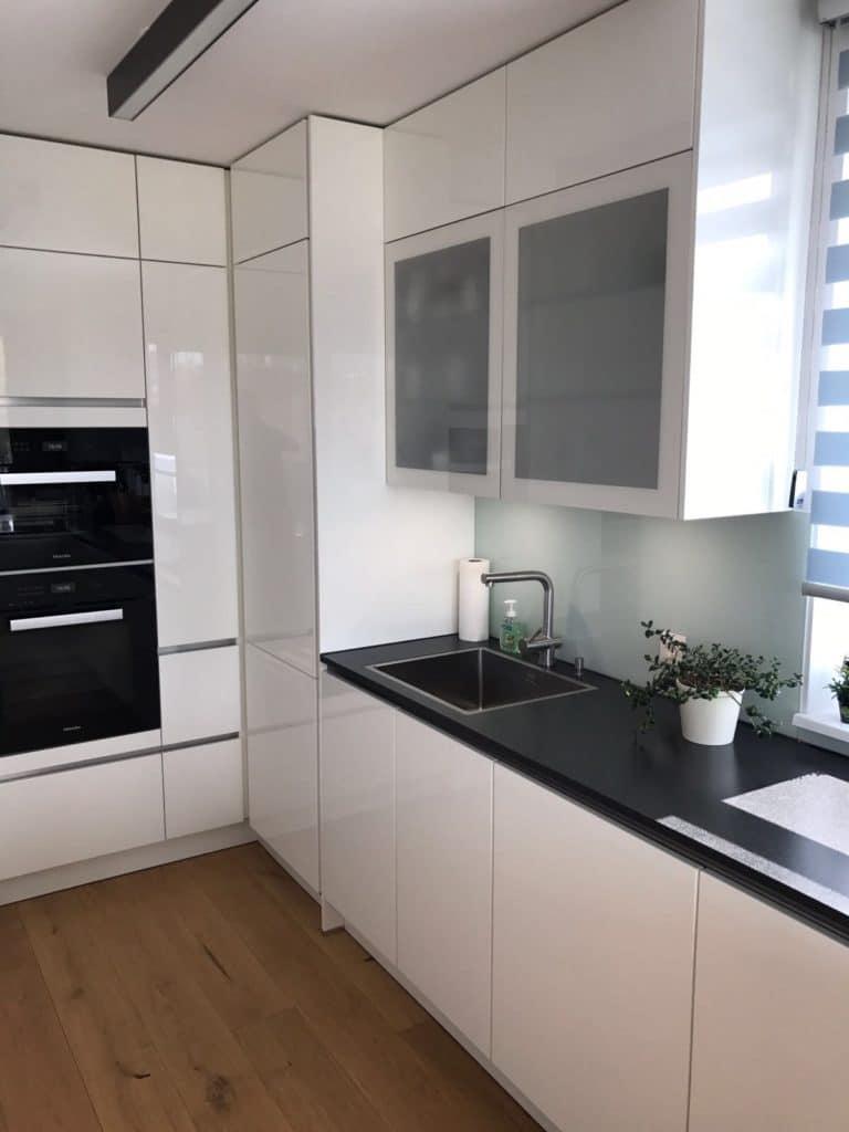 Weiße Küche weiße küche mit schwarzer arbeitsplatte - küchendesignmagazin-lassen