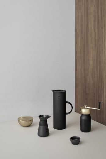 Das Kaffeeservice der Collar-Kollektion: Espressomaschine, Kaffeemühle und die ikonische Stelton-Isolierkanne. (Foto: Stelton)
