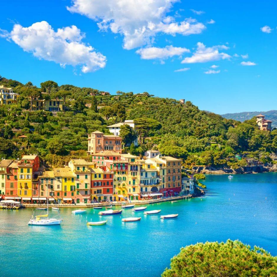 """Die wunderschöne, farbenprächtige Küste Liguriens ist im Hafen von Portofino von bunten Häusern gesäumt. Diese Farben nimmt Smeg nun in seiner gleichnamigen Kollektion """"Portofino"""" auf. (Foto: stock)"""