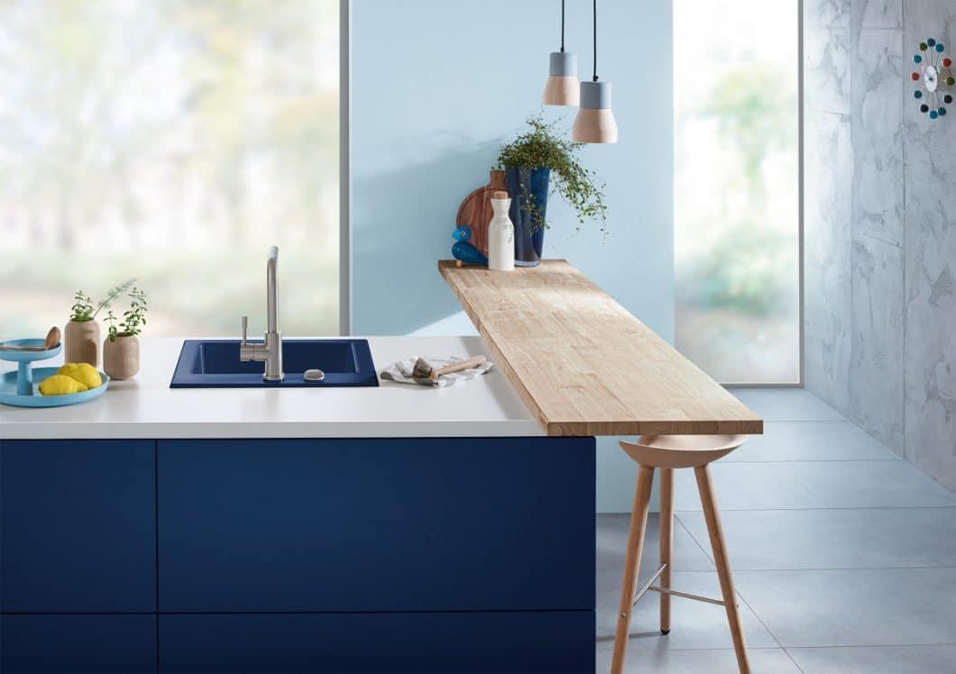 Das Midnight-Blau der Keramikserie erinnert an den frostigen Winter - kann aber warm und einladend in maritimem Stil in Szene gesetzt werden. (Foto: Villeroy & Boch)