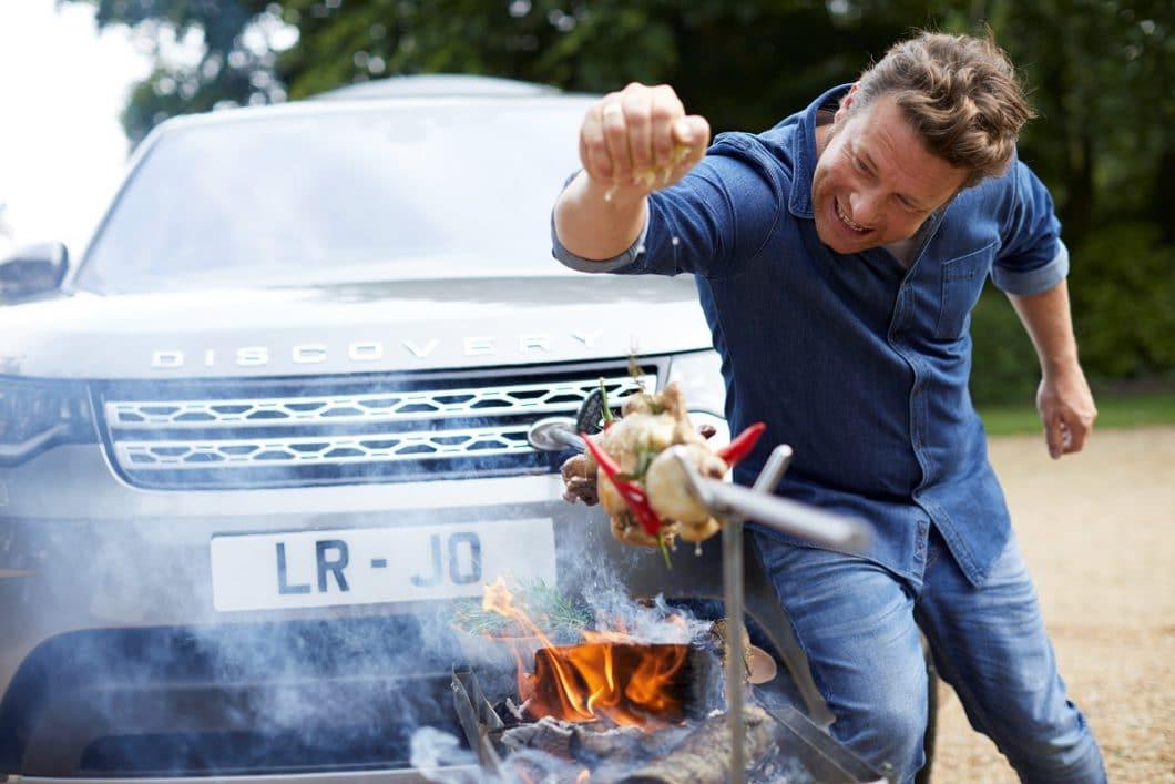 Mit dem Land Rover Discovery lässt sich am Parkplatz auch der Grill anschmeißen - ein irrwitziger, aber gelungener Marketinggag von Jaguar und Jamie Oliver. (Foto: Land Rover)