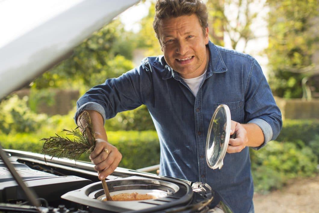 Kein Witz: Jamie Oliver kann in seinem neuen Landrover Discovery in der Motorhaube kochen. (Foto: Land Rover)