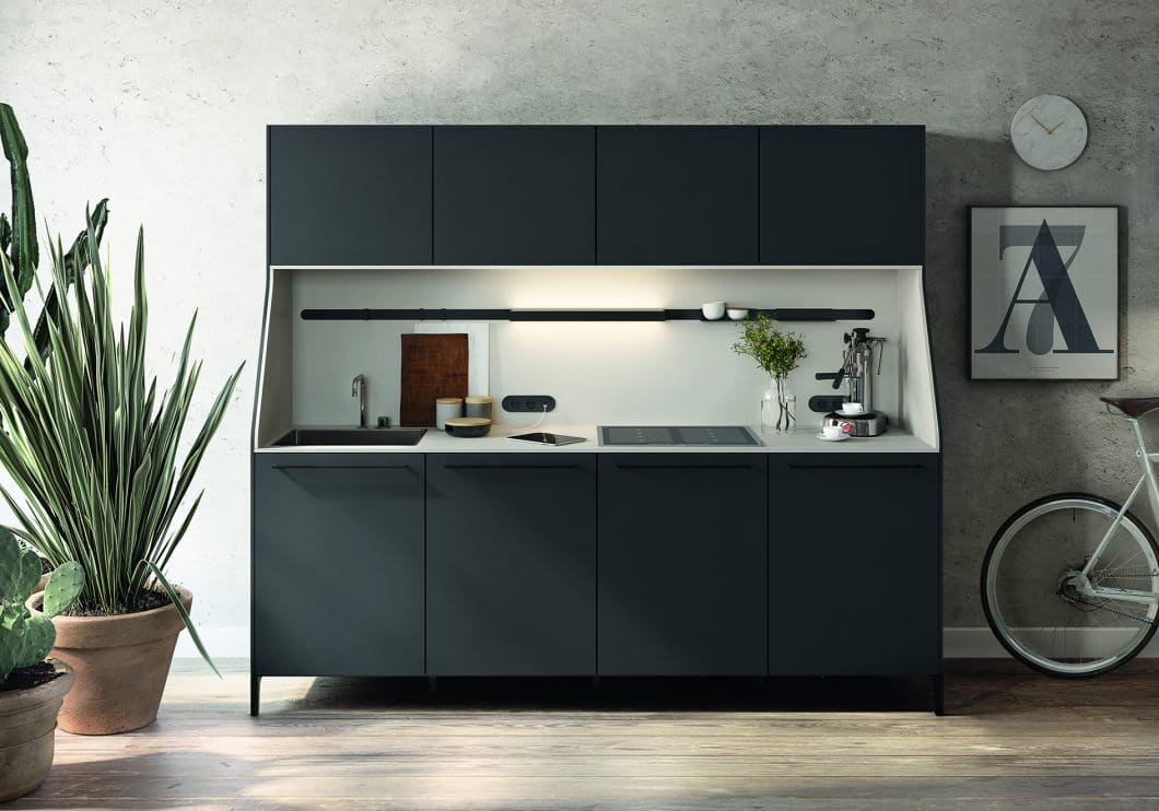 """Das elegante, freistehende Küchenmodul der Serie """"URBAN"""" von SieMatic kann auch ergänzend zu einer bestehenden Küche als Stauraumspender genutzt werden. Da es im Aufbau einem Wohnschrank ähnelt, passt es perfekt als Vitrine in den Übergang von offener Küche zu Wohnraum. (Foto: SieMatic)"""