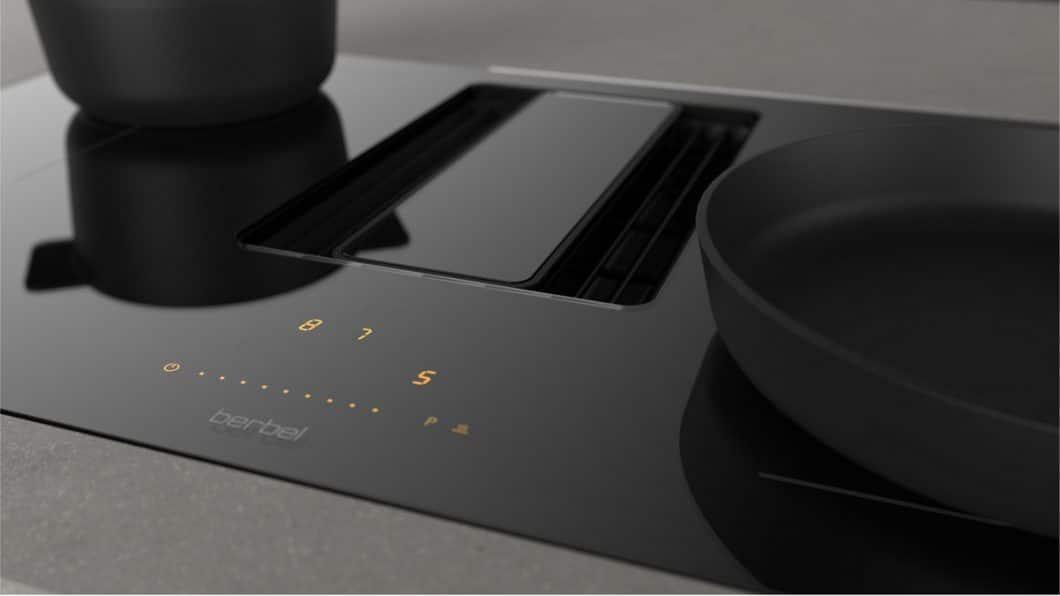 Die berbel Downline ist mit einem intuitiven Touchfeld ausgestattet und glänzt dank hochwertiger Glaskeramik in tiefem Schwarz. Der puristische Look wird von zahlreichen Funktionen begleitet. (Foto: berbel)