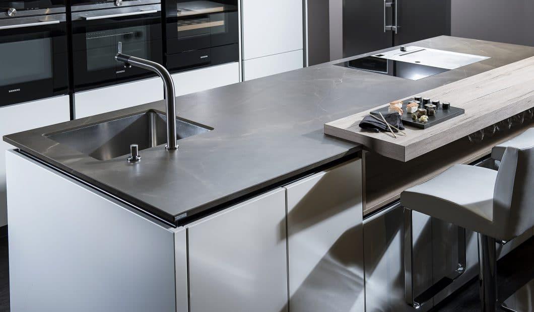 Oberflächen aus Keramik sind ein Megatrend - die Platten sehen sehr hochwertig aus und bringen einen warmen Glanz in die Wohnküche. Daher stellt nun auch STRASSER eine neue Keramik-Linie vor. (Foto: STRASSER)