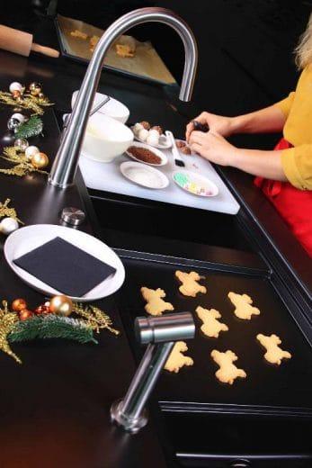 Nach dem Backen lassen sich die Plätzchen aus der Weihnachtsbäckerei auf der Prep-Station auskühlen und verzieren. Wo Schmutz entsteht, kann er dank der bewegungsstarken Brause schnell entfernt werden. (Foto: SCHOCK)