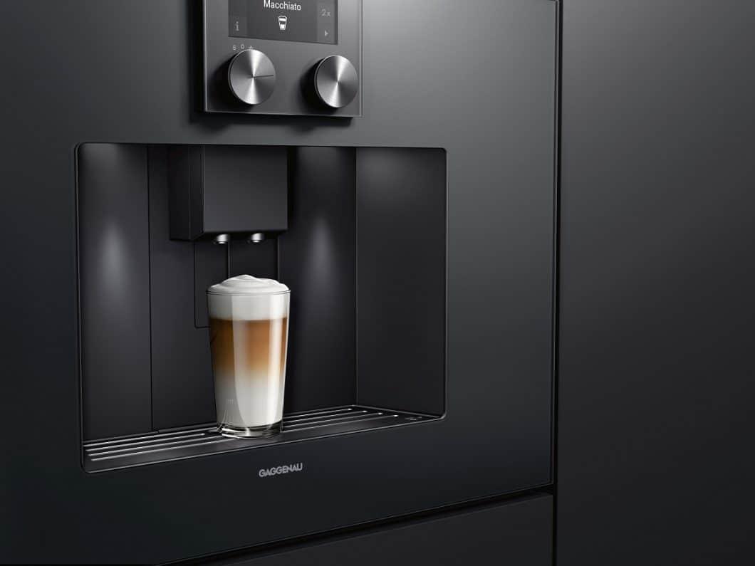 Mit dem Gaggenau Espresso-Vollautomat lassen sich knapp ein Dutzend verschiedener Heißgetränke zubereiten - auch extra stark oder in doppelter Ausführung für genussvolle Stunden zu zweit. (Foto: Gaggenau)