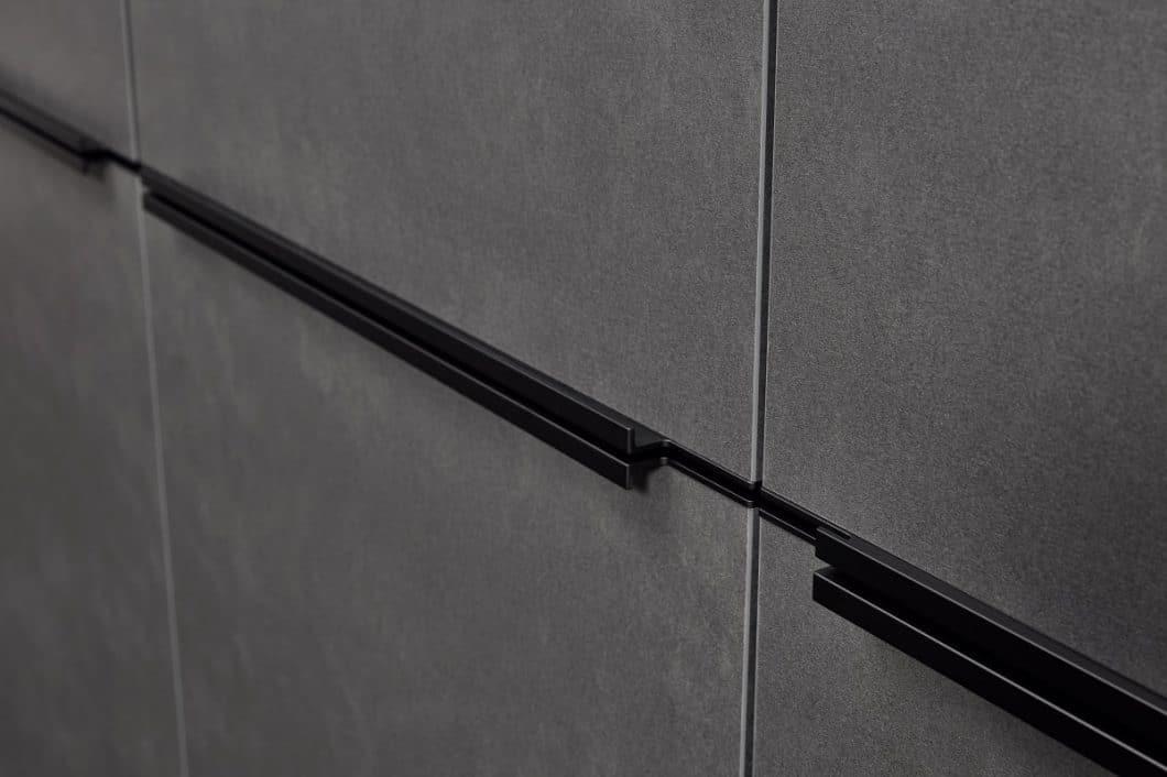 Der Blaustahl ist zu einer puristischen, glatten Front verarbeitet worden und wird - je nach Geschmack - grifflos oder mit schwarzen Stahlauszügen geliefert. (Foto: Nolte Küchen)