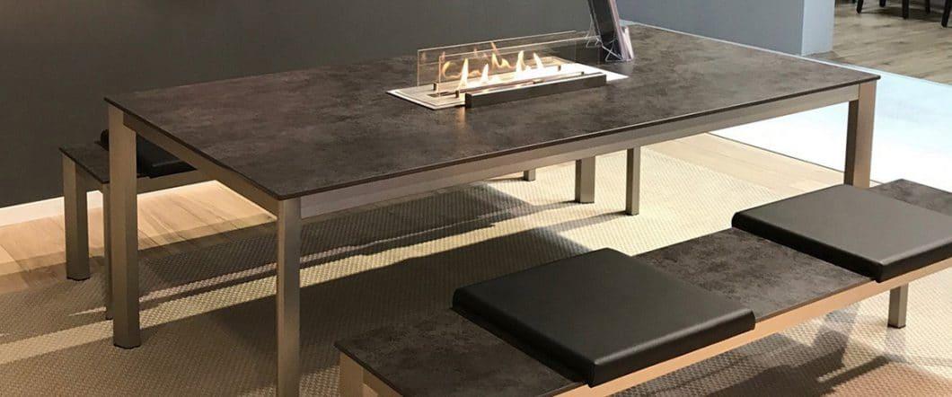 Rosskopf + Partner hat Anfang November nicht nur seine neue, hochwertige Tischkollektion aus Porzellankeramik vorgestellt, sondern auch die Zusammenarbeit mit ebios-fire®, die einen Tischkamin in die Platte einlassen können. (Foto: Rosskopf + Partner)
