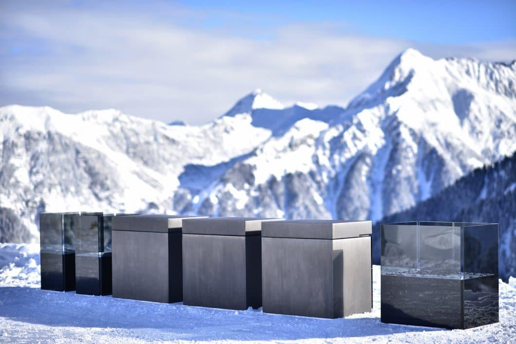 Atemberaubende Coolness auf 2.000 Metern Höhe: Die modulare Outdoorküche von Steininger trotzt Kälte, Wind und Feuchtigkeit mit pulverbeschichtetem Stahl und Glaskeramik. (Foto: Steininger.Designers)