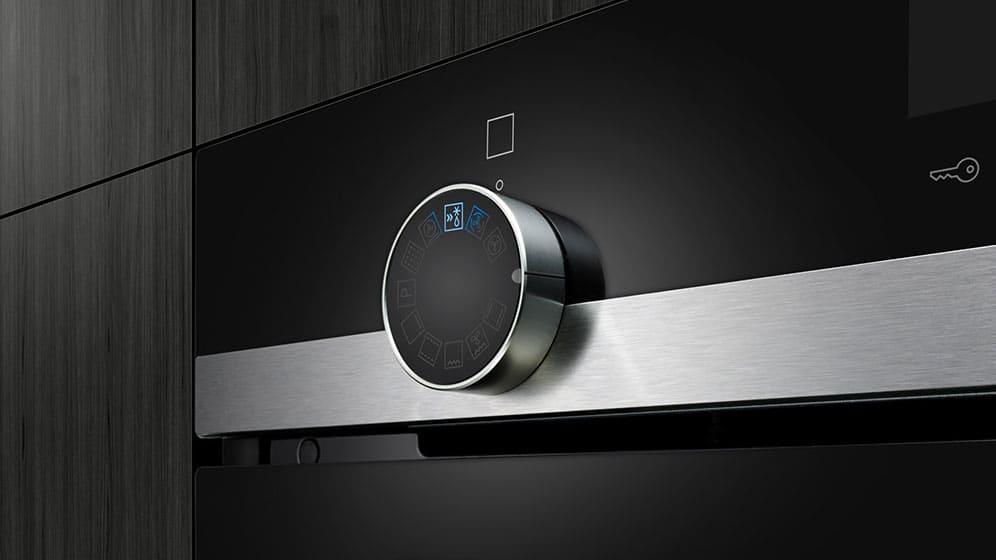 Der intuitive Bedienknebel des iQ500-Backofens ist mit einem eleganten blauen Licht unterlegt. So lässt sich das Gerät noch einfacher steuern. (Foto: Siemens Hausgeräte)
